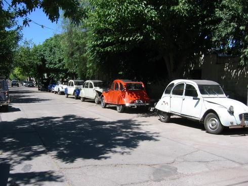 2CV devant un garage citroën