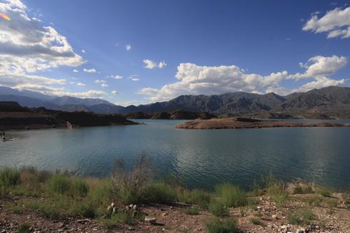 le lac du barrage hydroélectrique de Potrerillos