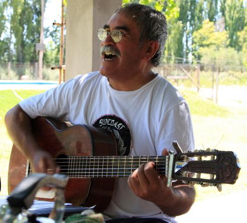 Pedro, le père adore jouer et chanter du folk et c'est très agréable