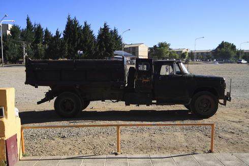 Devant chez Diana, un camion