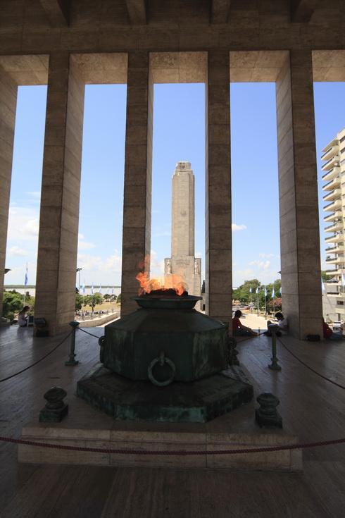 Le monument du drapeau et la flamme qui honnore les hommes morts pour la liberté de l'Argentine