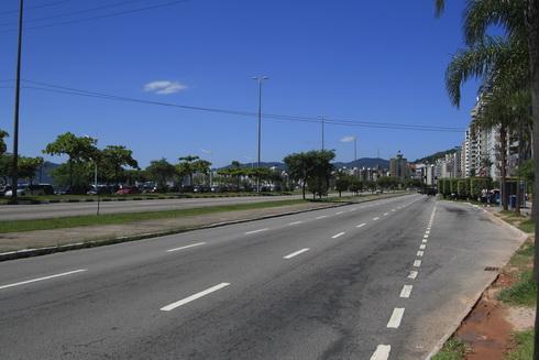 l'avenue qui passe devant le centre