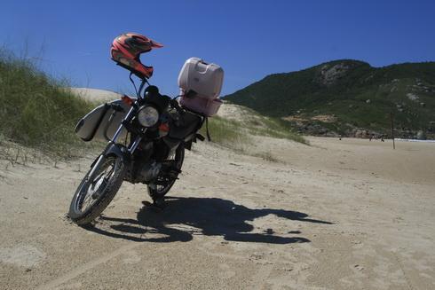 Voici la moto d'une surfeuse