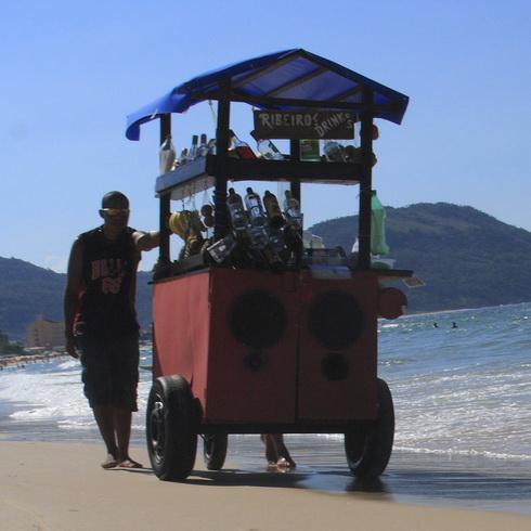 un vendeur d'alcool fort sur la plage